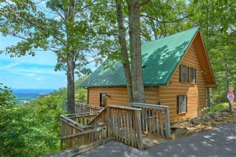 """""""The Overlook"""" Honeymoon Cabin Near Dollywood With View"""